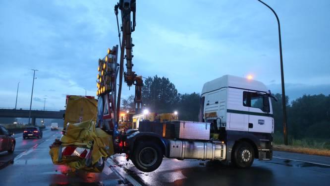 Vrachtwagen botst tegen botsabsorbeerder