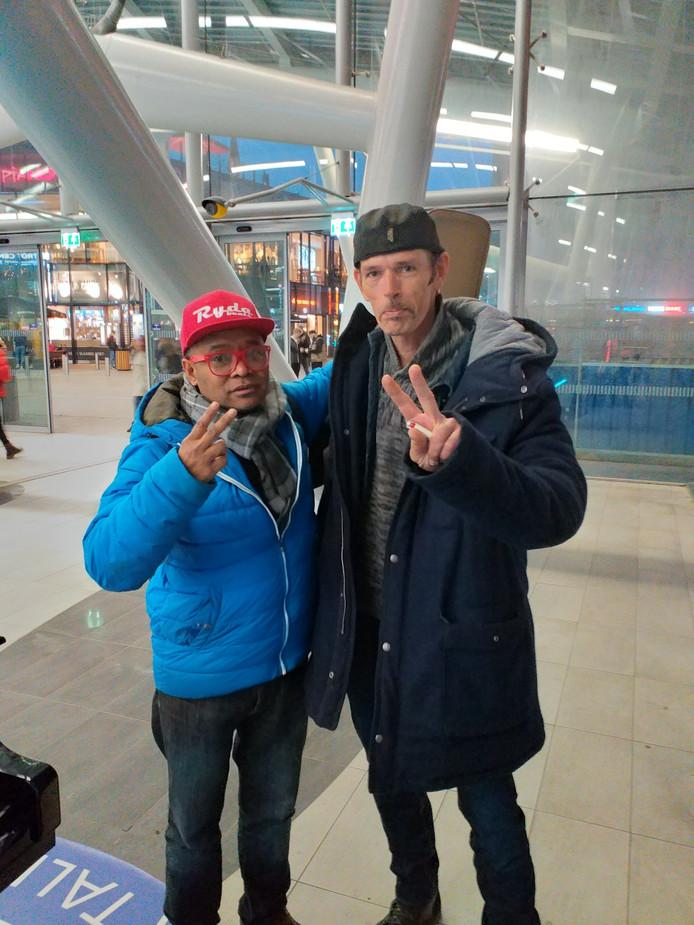 Ernesto Dennis samen met de Utrechtse dakloze Siggy, waar hij geld voor wil inzamelen met zijn recordpoging.