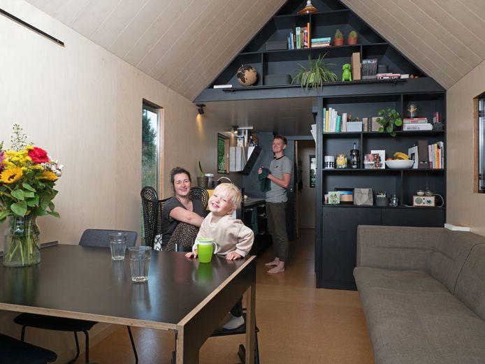Rhona Bos (l), Vik en Menno Versluis (r) bij hun Tinyhouse op Minitopia.