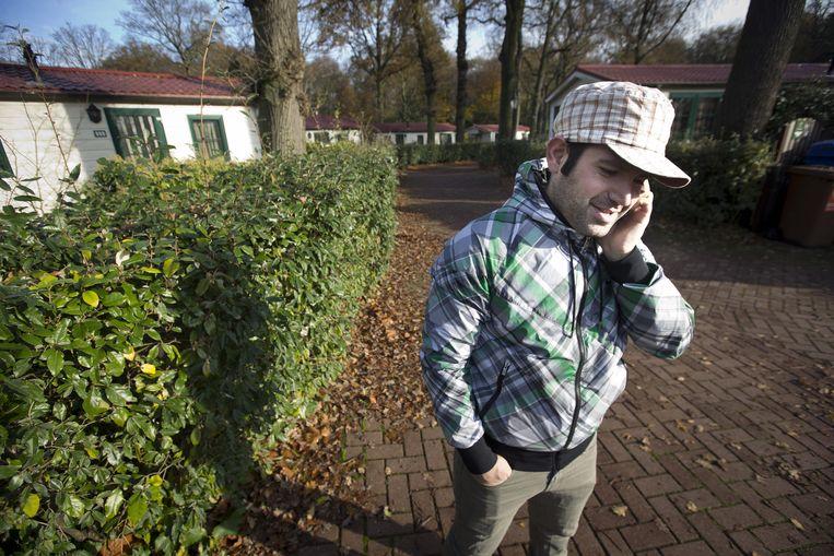 Een asielzoeker in vakantiepark Duinrell, dat tijdelijk onderdak biedt aan 600 personen. Beeld null