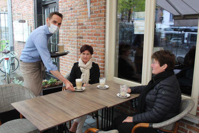 Zaterdag 10 uur: Kristine Gussé en mama Angenette bij Kris Ryckeboer van 't Koffieboontje.