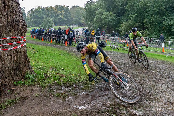 Ouderwetse veldritomstandigheden bij De Mol: ploeteren door de modder.