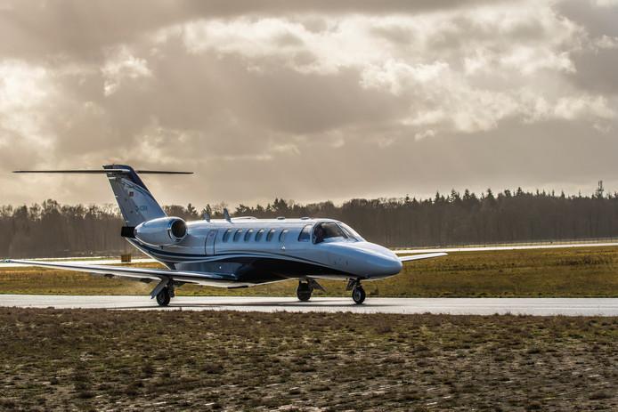 Landing van businessjet Cessna Citation op Twente Airport