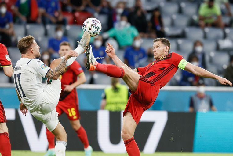 Ciro Immobile (l) en Jan Vertonghen tijden de kwartfinale van Euro 2021. Beeld BELGA