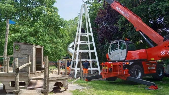 Leerlingen Sint-Claracollege lassen nieuwe glijbaantoren in elkaar
