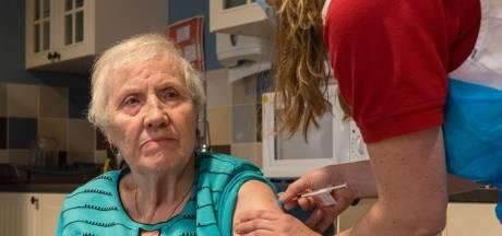 Apothekersassistenten vullen in verpleeghuis spuiten met vaccins: 'Voor ons is het dagelijks werk, dat scheelt'