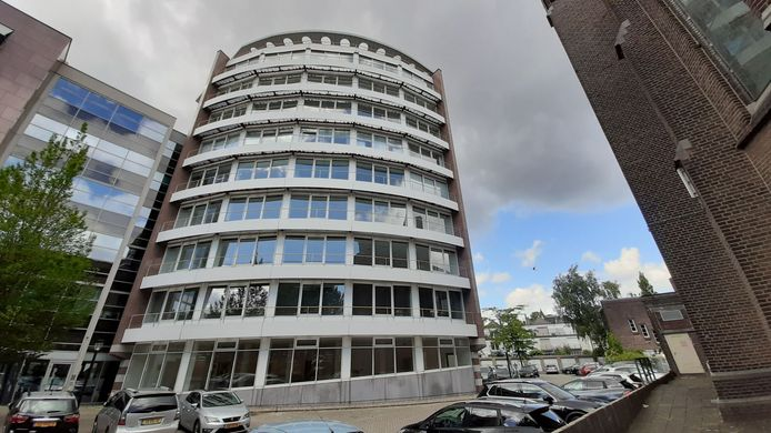 Vleugel C van kantoorgebouw Burgraadt in Dordrecht wordt verbouwd tot 30 huurappartementen. De achterburen uit de Singel maken bezwaar.