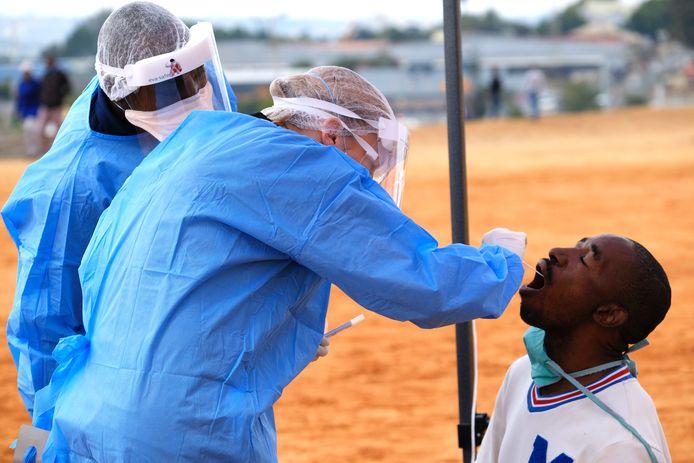 Een coronatest wordt uitgevoerd in Zuid-Afrika. Door de pandemie zijn veel aidsprogramma's opgeschort.