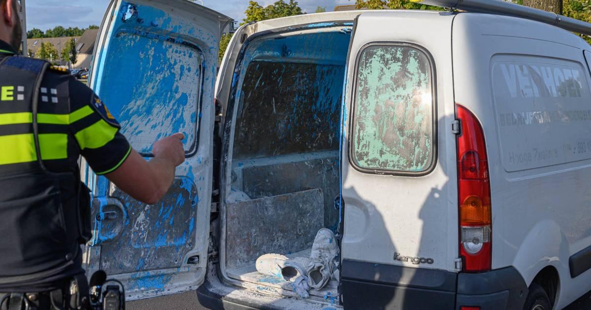 Blauwe verf ontploft in laadruimte van bestelbus door botsing tegen boom in Breda.