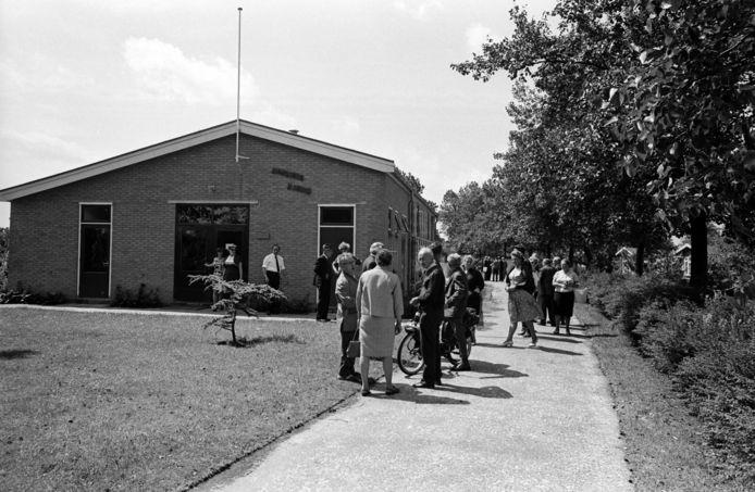 Het volkstuincomplex Zuiderhof in juni 1967. Tuinders verzamelen zich om te protesteren tegen bouwplannen van de gemeente. Hun huisjes zouden daarmee verdwijnen.