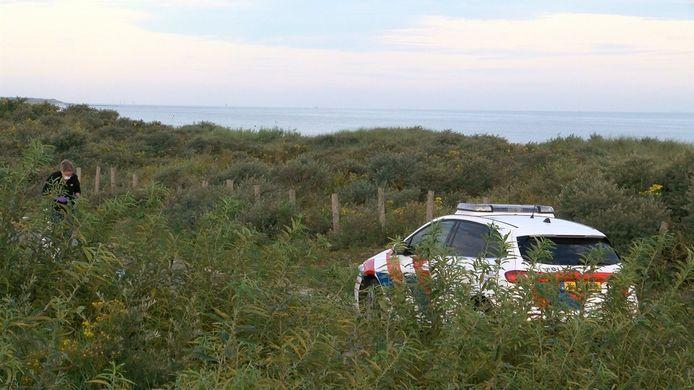 De politie doet onderzoek na de steekpartij in de duinen tussen Breskens en Groede.