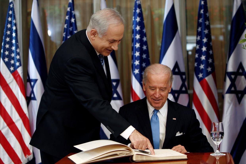 In 2010 tekent Joe Biden, dan de Amerikaanse vice-president, het gastenboek in de ambtswoning van Israëlisch premier Netanyahu. Nog geen vier maanden na zijn aantreden als president wordt Biden ruw geconfronteerd met het Midden-Oostenconflict. Beeld REUTERS