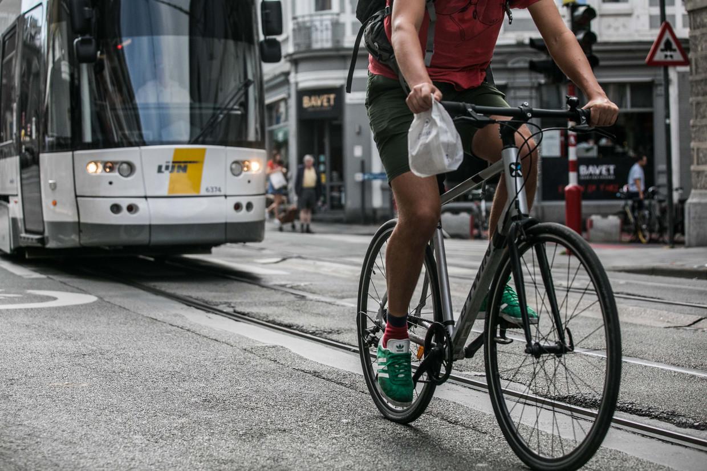 Nergens in België belanden zo veel fietsers op de spoed na een val over de tramsporen als in Gent. Beeld BAS BOGAERTS
