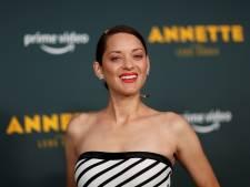 """Chanter en nageant ou en fumant: Marion Cotillard revient sur le tournage fou du film """"Annette"""""""