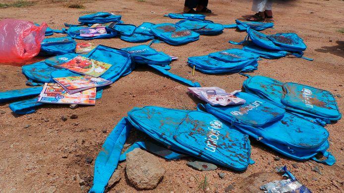 Rugzakken van de kinderen liggen op de weg waar de luchtaanval insloeg op donderdag 9 augustus.