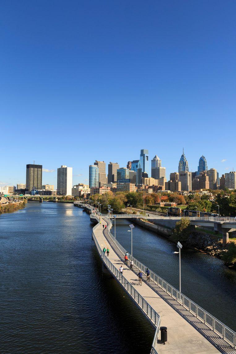 De Schuylkill-rivier in Philadelphia.De loop- en fietsbrug is ruim 600 meter lang en biedt een waanzinnig uitzicht over de  skyline van de stad. Beeld Alamy