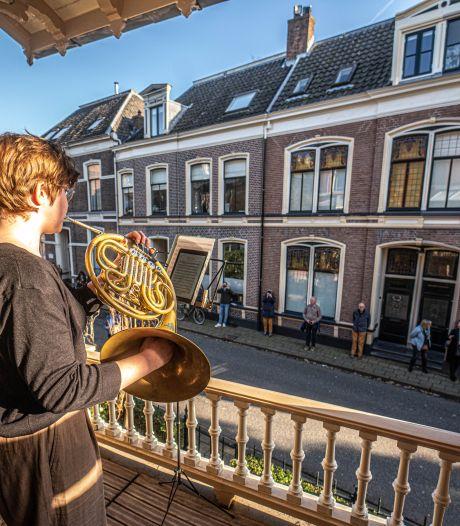 Balkonconcert voor positief geluid in de Zwolse Ter Pelkwijkstraat: 'Artiesten kloppen spontaan aan'