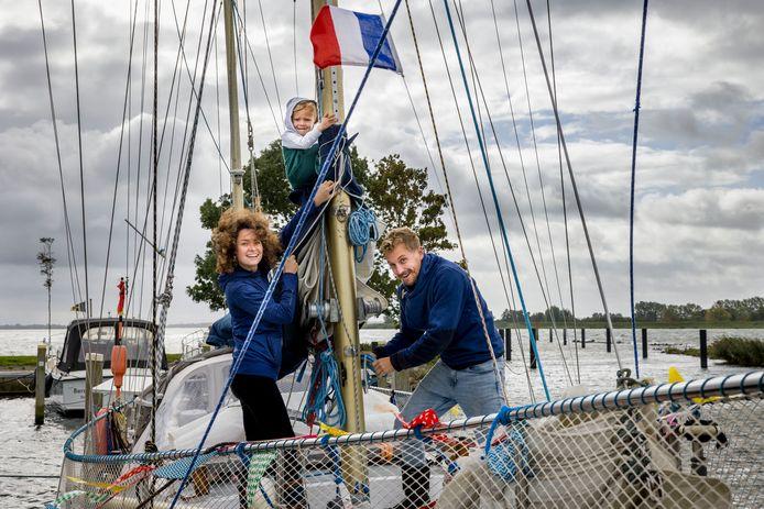 Arnout Anneveld en Rosan de Cock Buning met zoontje Berend zijn weer terug in Zuid-Beijerland na een reis van twee jaar op hun boot Doejong.
