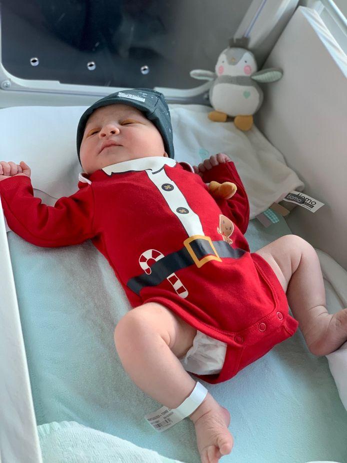 Kerstbaby Olivia draagt een passend pakje.