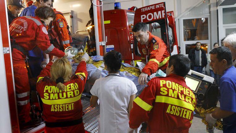 Bij een ontploffing en een brand in een nachtclub in de Roemeense hoofdstad Boekarest zijn zeker 32 doden gevallen. Er zouden zo'n 180 anderen naar het ziekenhuis zijn gebracht. Beeld EPA