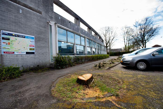 De bomenkap bij de voormalige bibliotheek in Ugchelen blijft de gemoederen bezighouden.