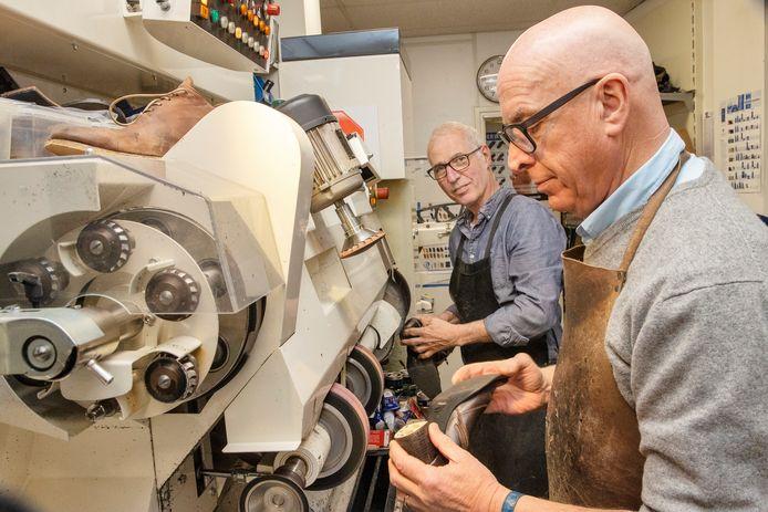 Nils Kalf (links) neemt in Mierlo de schoenmakerij over van Jos Verschuren.