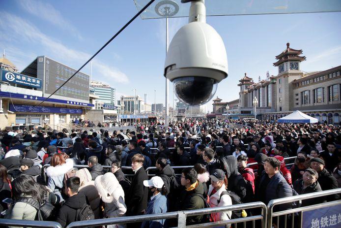 Een camera aan een metrostation in Peking.
