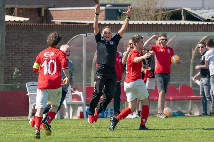Vreugde bij Dodewaard-trainer Henk Stuivenberg tijdens een duel van zijn club in 2019.