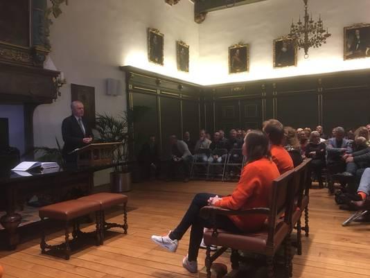 Lotte van Beek, Ronald Mulder en Kirsten Wild (vlnr) luisteren naar burgemeester Henk Jan Meijer.
