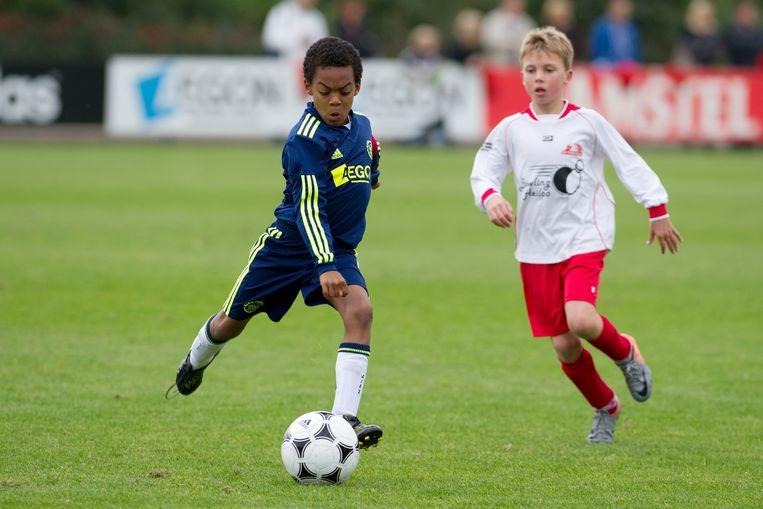 Ryan Gravenberch als tweedejaars F-pupil voor Ajax aan de bal tijdens een toernooi, 2010.   Beeld Ajax Media