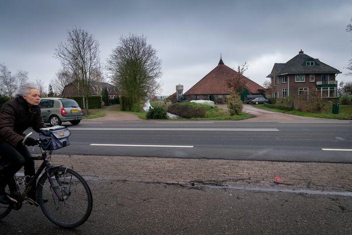 Overbetuwe wil dat de familie Bakker hun woning (links) aan de Rijksweg-Zuid in Elst verlaat. Er kan daar volgens de gemeente niet permanent gewoond worden omdat de uit 1914 stammende woning te dicht naast de boerderij (rechts) staat.