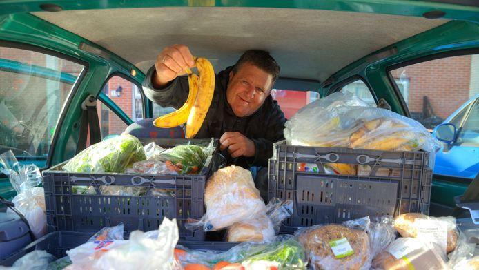 Rinus deelt voedsel uit