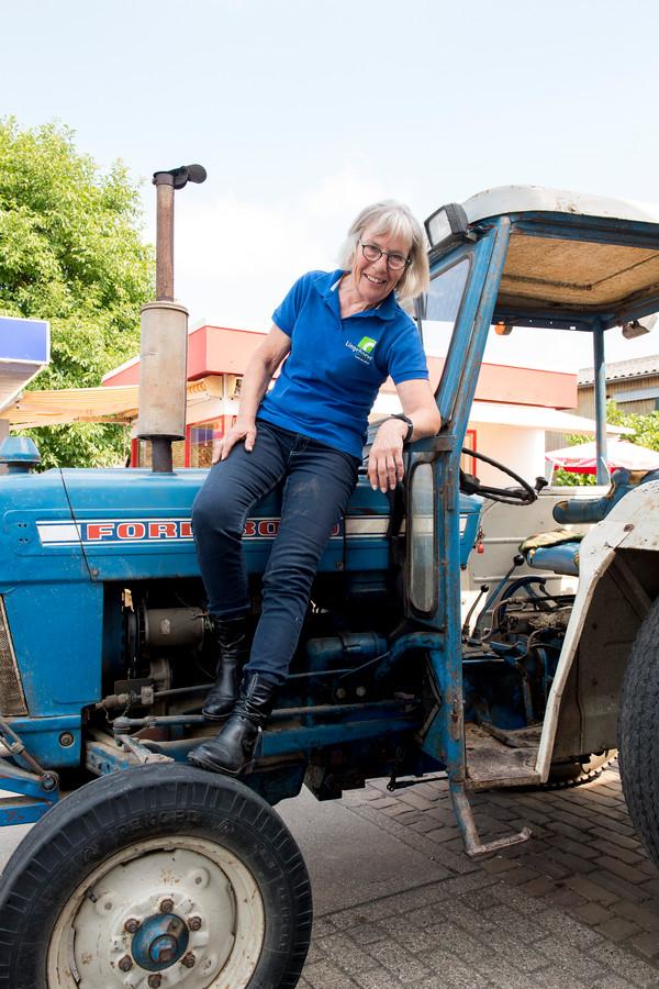 Jenny Tweeboom op haar tractor.