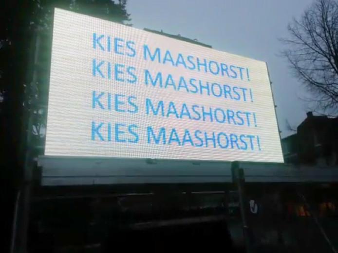 Op het led-scherm zijn diverse leuzen te zien om op Maashorst te stemmen.