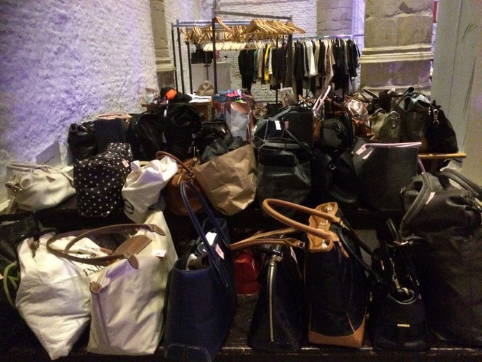 Bij de garderobe in de Grote Kerk was extra plek ingeruimd voor de tassen van de drie busladingen fashionista's die vanuit Brabant naar Goes waren gekomen om met een personal shopper de beste damesmodewinkels leeg te kopen.