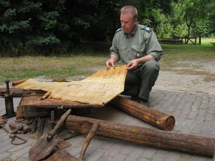 Faunabeheerder Joop Schoneveld vraagt zich af hoe de aanvalskaart in Apeldoorn kwam. foto's Henk van 't Veen
