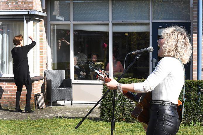 Maart dit jaar, tijdens de eerste lockdown toen zorgcentra hermetisch afgesloten waren: een optreden voor bewoners in de tuin van verpleeghuis Madeleine in Boxmeer.