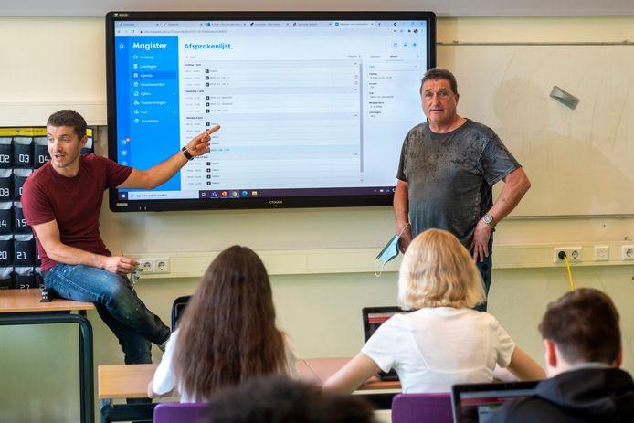 Bas de Ridder geeft tekst en uitleg over roosterwijzigingen, Paul Saenen (rechts) luistert mee.