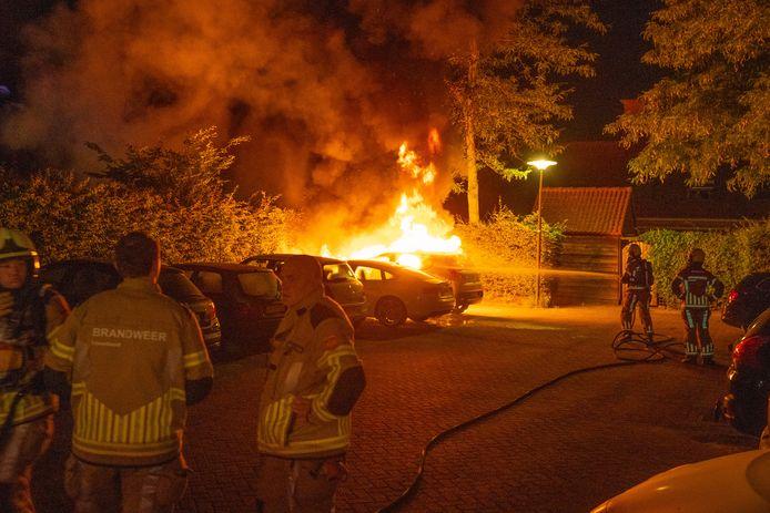 Autobrand Versteegstraat Deventer. Een Peugeot is aangestoken. Meerdere buurtbewoners hebben verdachten weg zien rennen.