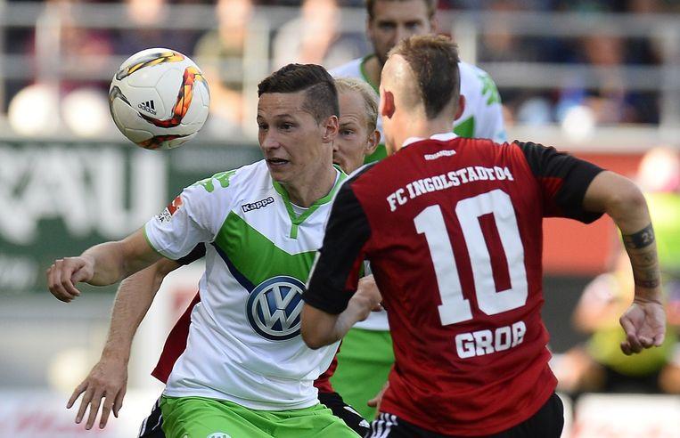 Nieuwkomer bij Wolfsburg, Julian Draxler, in duel met FC Ingolstadt-speler Pascal Gross Beeld anp