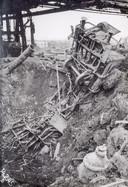 De impact van de bombardementen op het werkkamp van Arij en Janus in beeld: een treinwagon is als een lego-speeltje weggeblazen.
