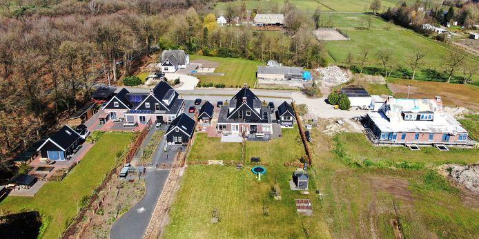 Het buurtje in Uddel waar zoveel over te doen is. Rechts de bijna voltooide dubbele woning van Gerrit van den Brink en zijn dochter Bernadet.