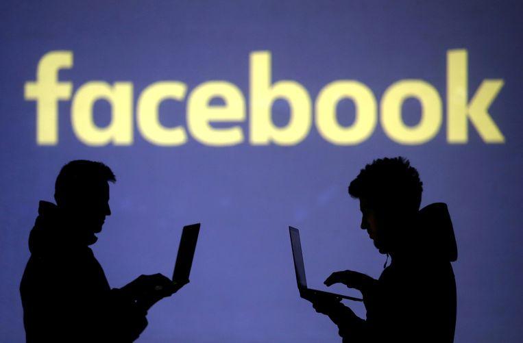 Anonieme gebruikers van Facebook voor het logo van het bedrijf. Foto ter illustratie.