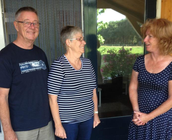 Australisch echtpaar Betford bracht een bezoek aan In 't Biggetje. Rechts: verhuurder Karin Machielse.