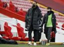 Virgil van Dijk was zaterdagavond weer even terug op Anfield, maar zag zijn teamgenoten met 0-2 verliezen van buurman Everton.