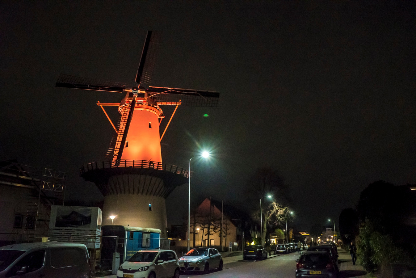 Molen De Hoop in Zoetermeer is sinds deze week Oranje gekleurd voor Orange the World.