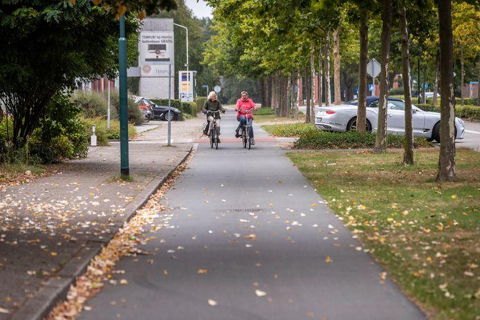 Een fietspad in Waalre. Fiets- en wandelpaden in die gemeente moeten goed worden onderhouden vinden inwoners.