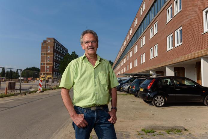 Raadslid Vincent Mulder (SP) bij de lage flat aan de Jan Voermanstraat waar veel ontevredenheid is.
