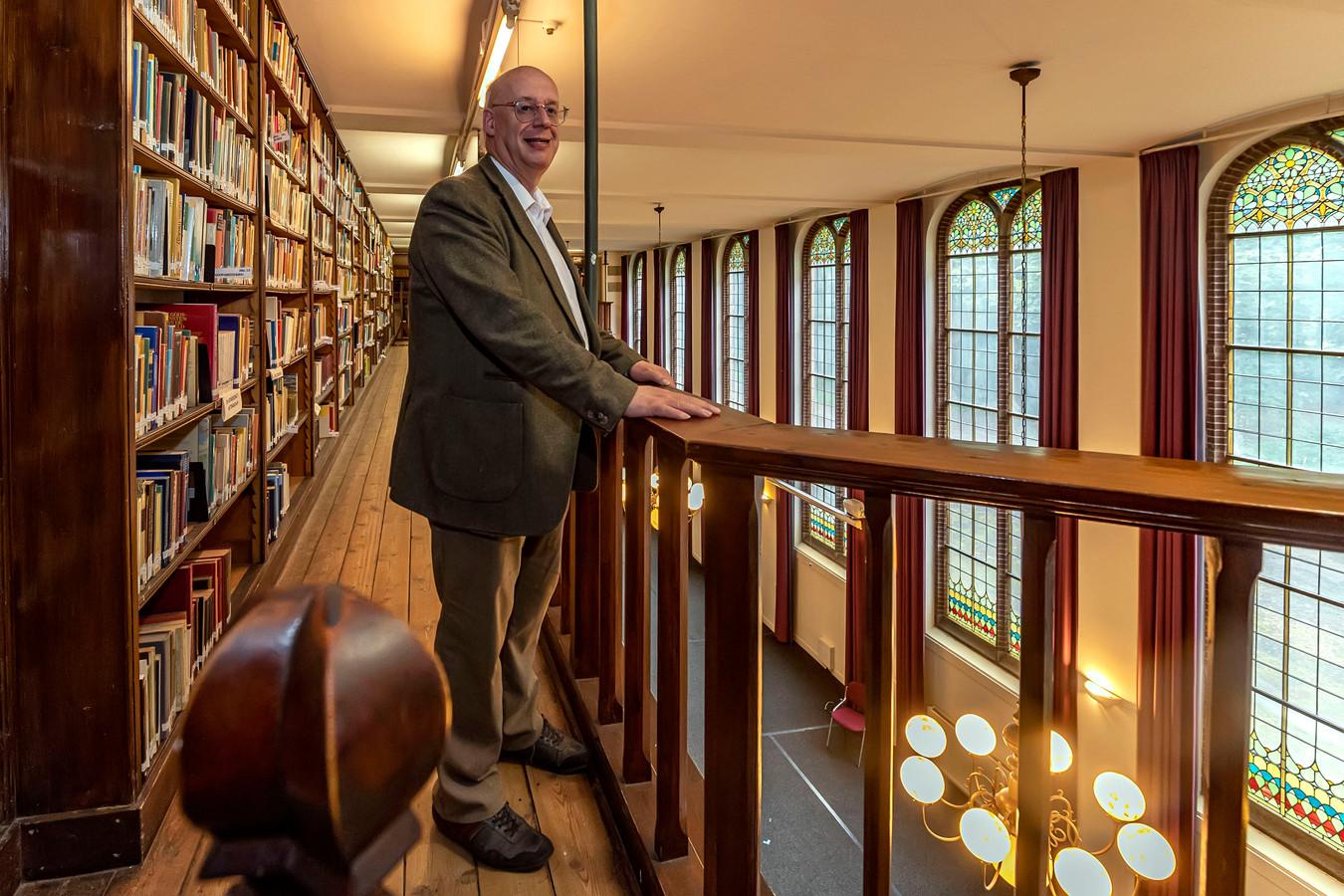 Bibliothecaris Hans de Jong op een van de boekengalerijen van het Hoevense Bovendonk.