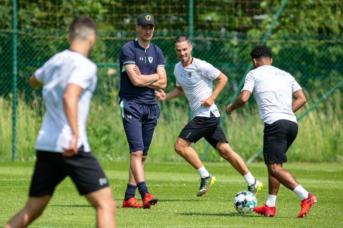 Alexander Blessin ziet hoe Maxime D'Arpino en Theo Ndicka (rechts) de bal rondspelen